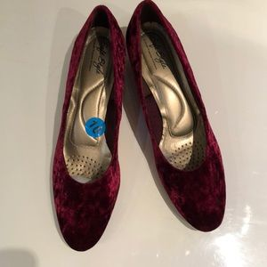 New Soft Style by Hush Puppies Velvet Shoes SZ 10M